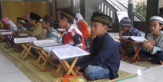 santri-tpa-al-muhtadin-sedang-belajar-mengaji-foto-koleksi-am-azzet