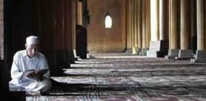 orang-laki-baca-quran-di-masjid