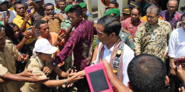 1616578Warga-di-Motaain-Perbatasan-RI-Timor-Leste-berusaha-menyalami-Presiden-Jokowi780x390