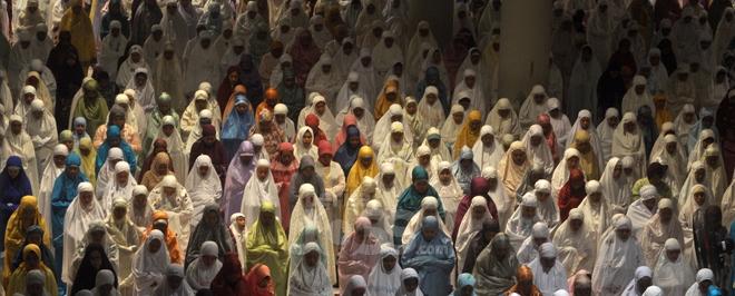 Suasana sholat Tarawih hari pertama di masjid Al - Akbar Surabaya, Jl Pagesangan (28/6), Ribuan umat Muslim dari berbagai daerah memadati Masjid pada malam pertama pelaksanaan Shalat Tarawih pada bulan Ramadhan 1435 H. Berita Joss/