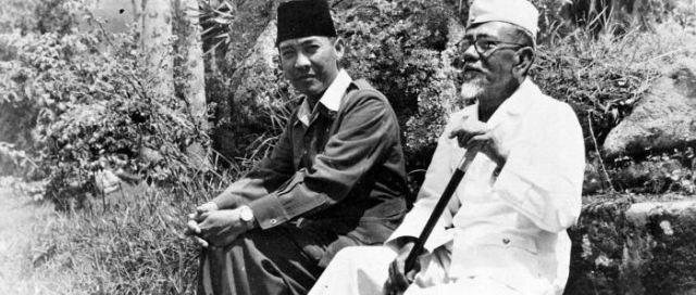 COLLECTIE_TROPENMUSEUM_President_Soekarno_tijdens_een_wandeling_met_Hadji_Agus_Salim_TMnr_10018810