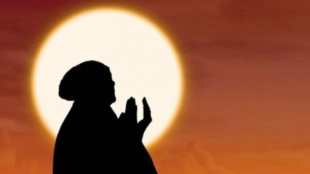 wanita-muslimah-sedang-berdoa-jangan-berhenti-berdoa